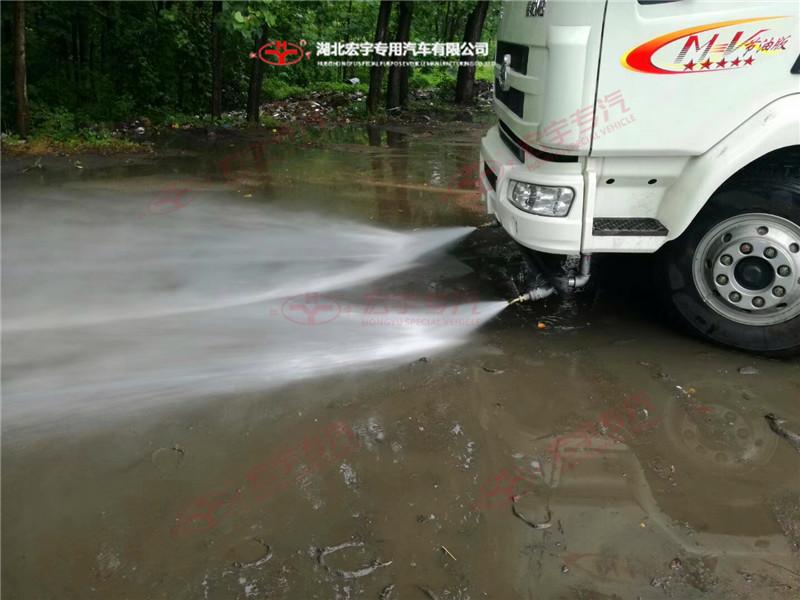 东风天锦18吨洗扫车前高压冲洗