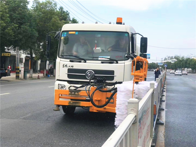 东风扫路车加装护栏清洗设备